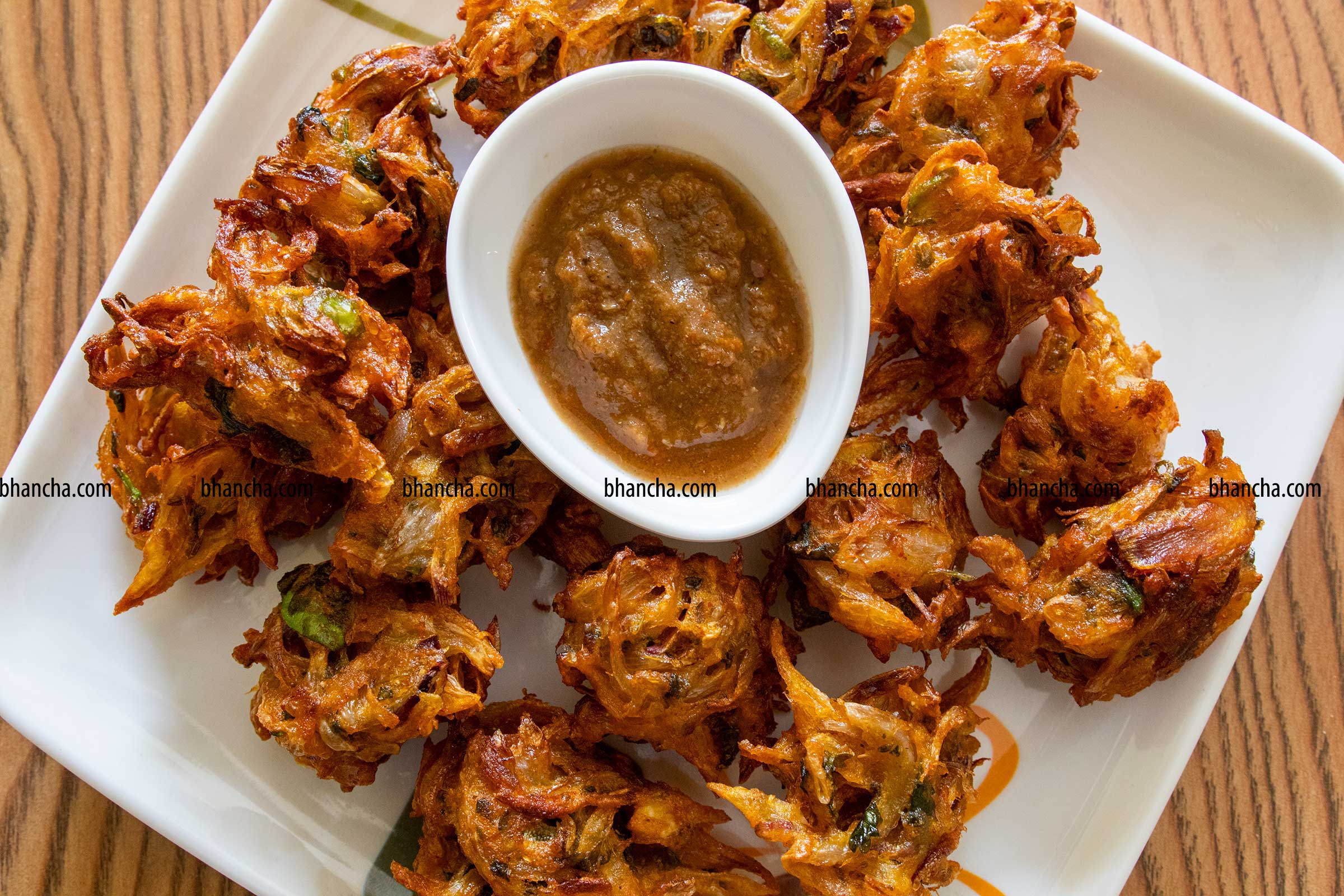 hot onion pakora with chutney